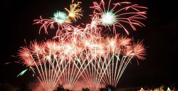 Εναέρια πυροτεχνήματα σε πολλά χρώματα